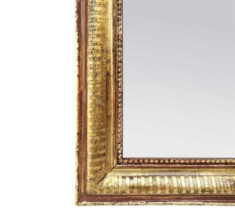 Détail miroir ancien doré patiné décor gravé circa 1880
