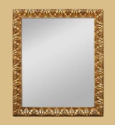 Miroir doré patiné à décor de feuilles d'acanthes